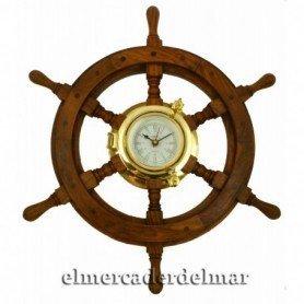 Reloj náutico de latón en rueda de timón
