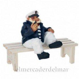 Figura marinera con pipa y sentado