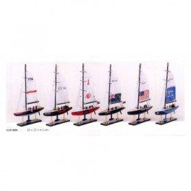 Maqueta en miniatura de velero de competición