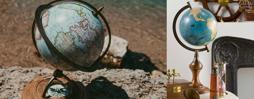 Globos terráqueos y esferas del mundo sobre peanas. Decoración náutica